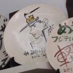 空条承太郎、微笑む! 軽井沢の陶芸体験店で荒木先生作の絵皿を発見!?