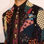 俳優の青木崇高さん、静かに暮らせそうにない柄のジャケットに「吉良吉影ネクタイ」を合わせる